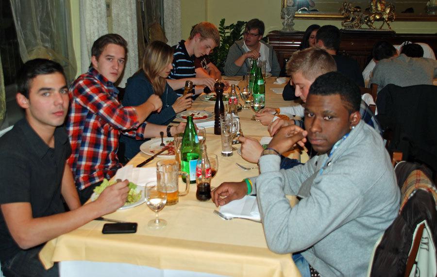 Jungbürger beim Nachtessen